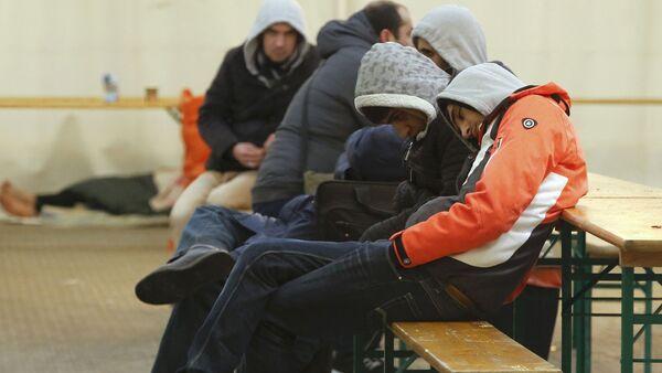 Мигранты ожидают регистрации в Берлине - Sputnik Latvija