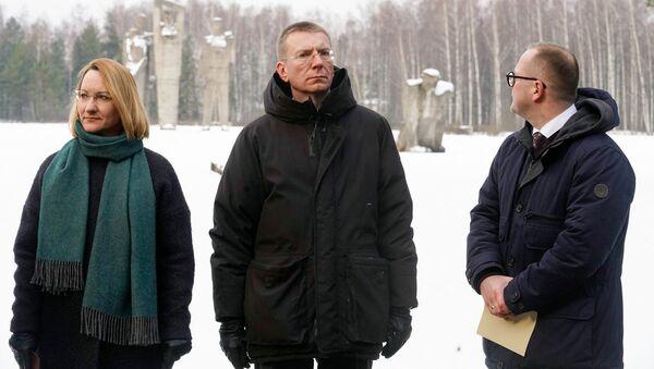 Министр культуры Даце Мелбарде, министр иностранных дел Эдгарс Ринкевичс и председатель Саласпилсской думы на мемориале в Саласпилсе - Sputnik Латвия