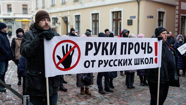 Akcija krievu skolu aizsardzībai pie Saeimas ēkas 2018. gada 8. februārī - Sputnik Latvija