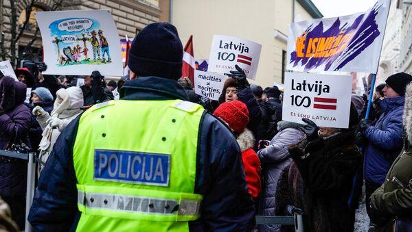 Акция в защиту русских школ у здания Сейма, 8 февраля 2018 года - Sputnik Латвия