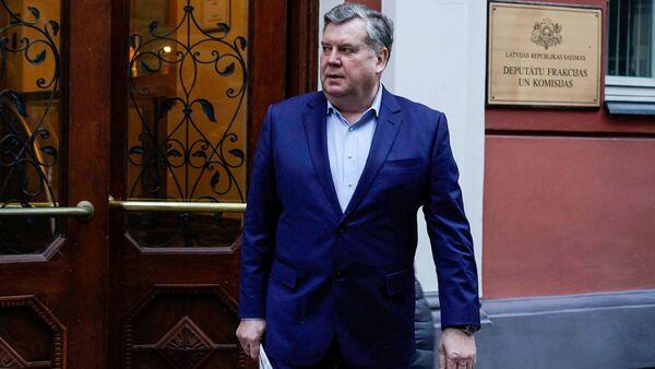 Янис Урбанович (Согласие) перез зданием Сейма - Sputnik Латвия