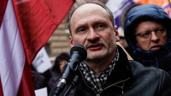 Мирослав Митрофанов на акции в защиту русских школ у здания Сейма, 8 февраля 2018 года - Sputnik Латвия