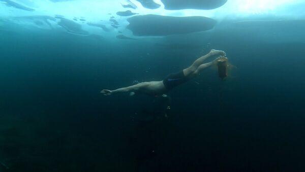 Дайвер нырнул под лед озера Байкал на глубину 23 метра - Sputnik Латвия