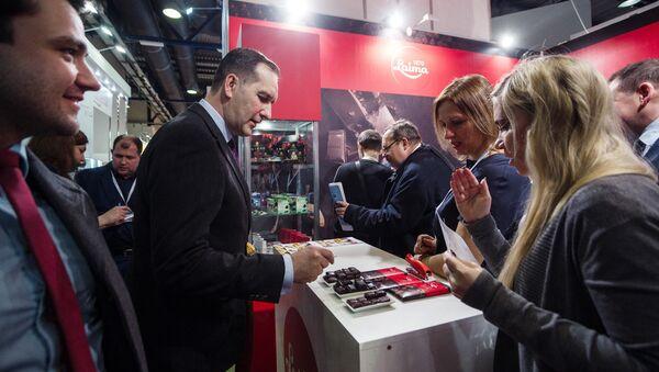 На стенде фабрики Laima посол Латвии Марис Риекстиньш продегустировал новые сорта латвийского шоколада - Sputnik Латвия