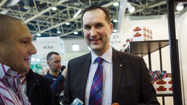 Посол Латвии в России Марис Риекстиньш с представителями компании Бакалея Ост-Индии на выставке Продэкспо-2018 - Sputnik Latvija