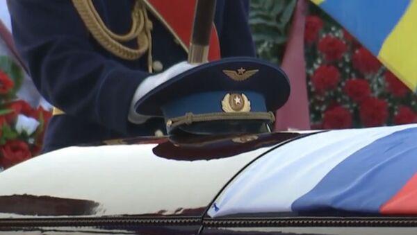 Церемония прощания с погибшим в Сирии летчиком Романом Филиповым - Sputnik Латвия