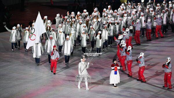 Российские спортсмены во время парада атлетов на церемонии открытия XXIII зимних Олимпийских игр в Пхенчхане - Sputnik Латвия
