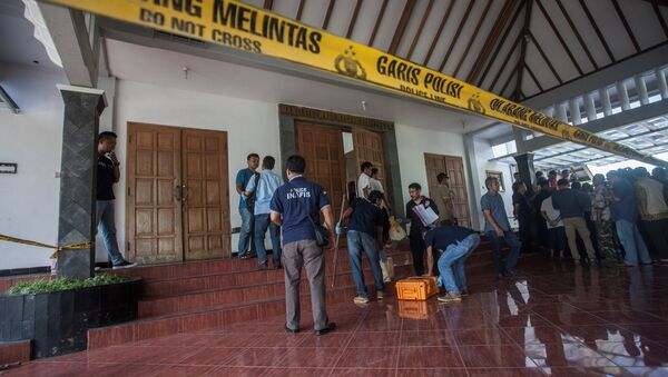 Человек с мачете напал на прихожан в католической церкви в Индонезии - Sputnik Latvija