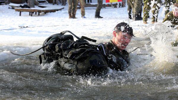 Mācību ietvaros Ziema karavīri apguva izdzīvošanas tehniku bargos laikapstākļos. - Sputnik Latvija