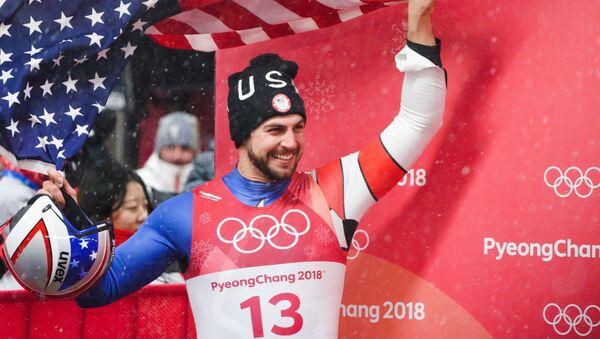 Крис Маздзер (США), занявший 2-е место на соревнованиях по санному спорту среди мужчин на XXIII зимних Олимпийских играх в Пхенчхане - Sputnik Латвия