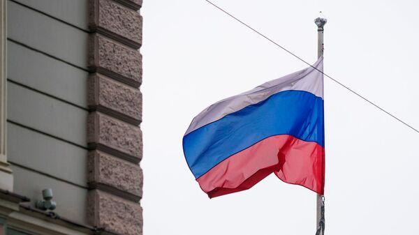 Флаг России у здания посольства РФ в Латвии - Sputnik Латвия