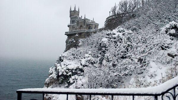 Замок Ласточкино гнездо в Гаспре во время снегопада - Sputnik Latvija