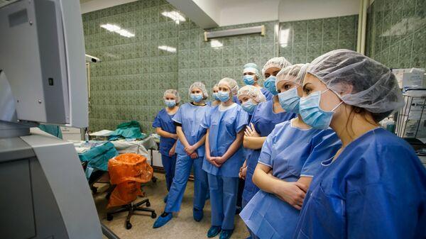Участники образовательной акции День теней на хирургической операции в больнице им. Паула Страдыня - Sputnik Латвия