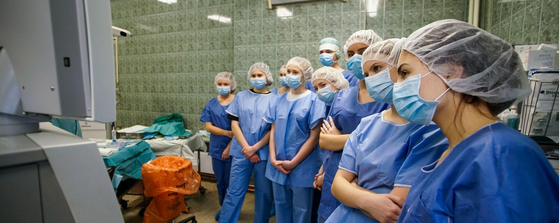 Участники образовательной акции День теней на хирургической операции в больнице им. Паула Страдыня - Sputnik Латвия, 1920, 05.07.2021