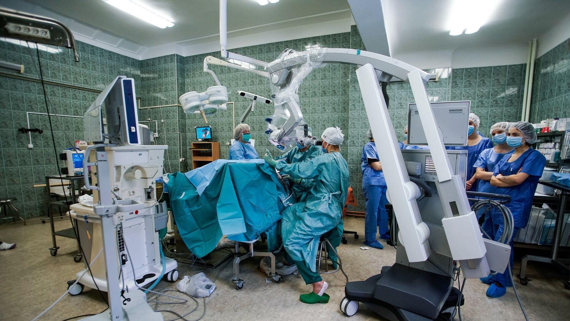 Участники образовательной акции День теней на хирургической операции в больнице им. Паула Страдыня - Sputnik Латвия, 1920, 20.06.2021
