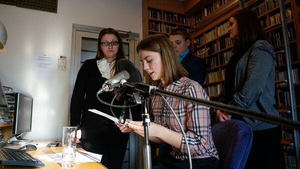 Артем, Карина, и София День теней попробовали себя в роли диктора новостей - Sputnik Латвия