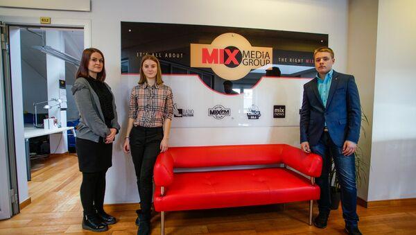 Карина, София и Артем в День теней побывали на радиостанции MixFM - Sputnik Латвия