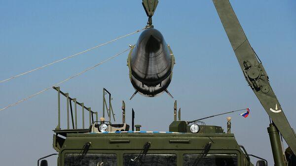 Загрузка ракеты транспортно-заряжающий машиной на самоходную пусковую установку оперативно-тактического ракетного комплекса Искандер-М - Sputnik Latvija