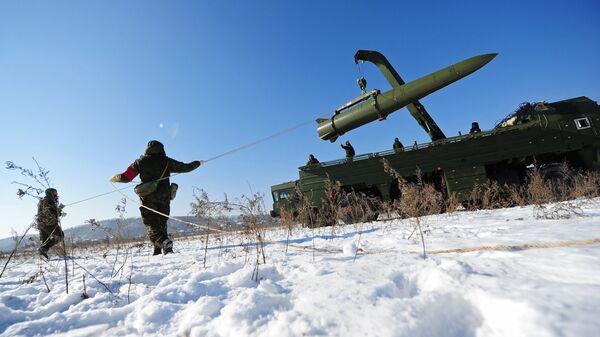 Военнослужащие ВС РФ контролируют загрузку ракеты транспортно-заряжающий машиной на самоходную пусковую установку оперативно-тактического ракетного комплекса Искандер-М - Sputnik Latvija