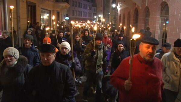 Тысячи националистов с зажженными факелами прошли по ночному Таллину - Sputnik Latvija