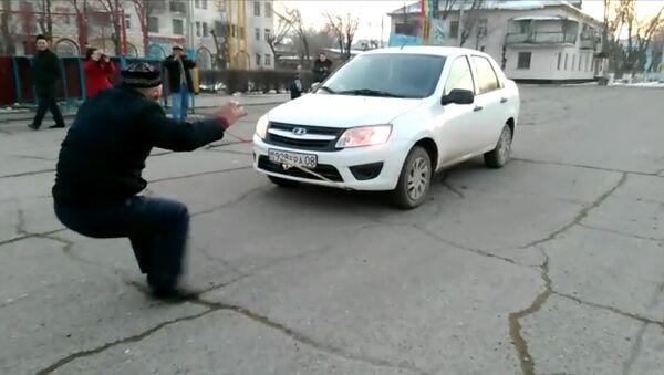 Житель Жамбылской области передвигает ушами автомобиль - Sputnik Latvija