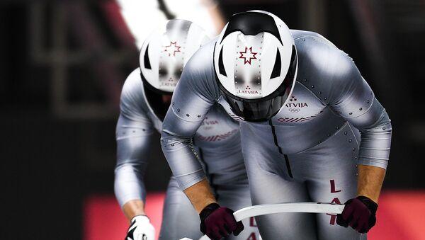 Оскарс Мелбардис и Янис Стренга (Латвия) во время соревнований двоек по бобслею среди мужчин на XXIII зимних Олимпийских играх в Пхенчхане - Sputnik Латвия