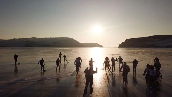На льду Байкала устроили гонки на велосипедах, лыжах и коньках - Sputnik Латвия