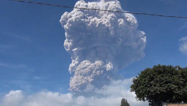 Извержение вулкана в Индонезии - Sputnik Латвия