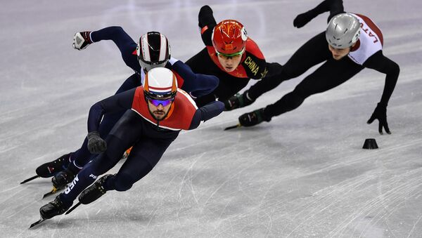 Слева направо: Шинки Кнегт (Нидерланды), Тибо Фоконне (Франция), Жэнь Цзивэй (Китай) и Робертс Звейниекс (Латвия) в забеге на 1000 метров в соревнованиях по шорт-треку среди мужчин на XXIII зимних Олимпийских играх, архивное фото - Sputnik Латвия