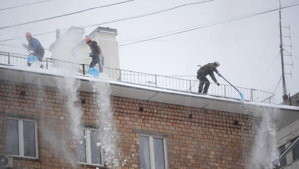 Чистка крыш сотрудниками коммунальных служб - Sputnik Латвия