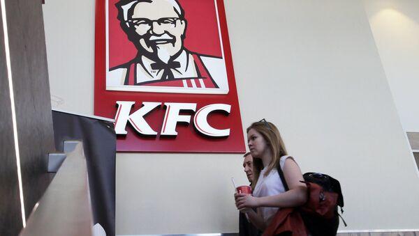 Посетители ресторана быстрого питания KFC - Sputnik Латвия