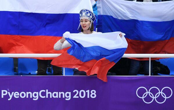Līdzjutēja no Krievijas daiļslidošanas sacensībās XXIII ziemas Olimpiskajās spēlēs - Sputnik Latvija