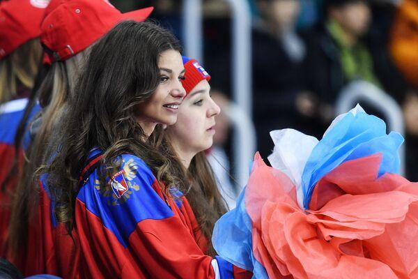 Līdzjutējas no Krievijas hokeja mačā sievietēm XXIII ziemas Olimpiskajās spēlēs - Sputnik Latvija