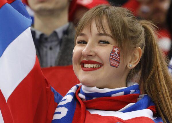 Līdzjutēja no Krievijas pirms Slovākijas un OAR komandu hokeja mača - Sputnik Latvija