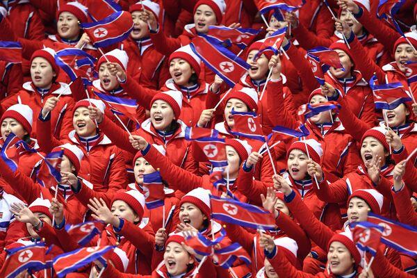 Ziemeļkorejas līdzjutēji vēro daiļslidošanas sacensības - Sputnik Latvija