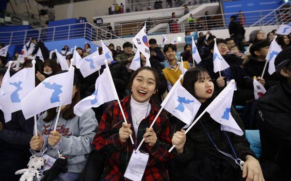 Līdzjutējas no Dienvidkorejas XXIII ziemas Olimpiskajās spēlēs Phjončhanā - Sputnik Latvija
