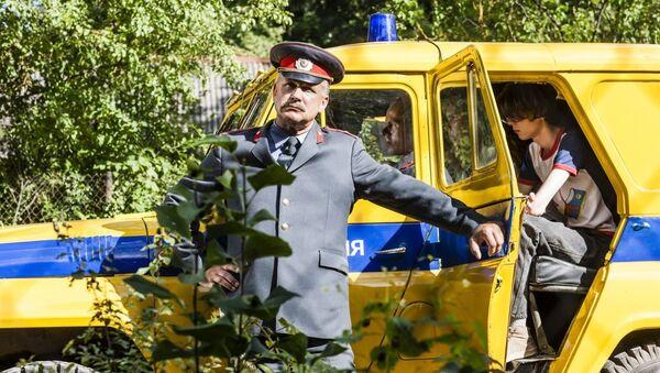 Оперный певец Наурис Пунтулис в роли милиционера. Кадр из фильма Рай 89 - Sputnik Latvija