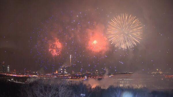 Салют в честь 23 февраля в Москве - Sputnik Латвия