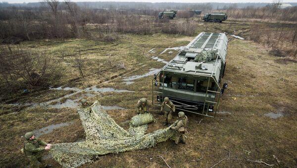 Оперативно-тактический ракетный комплекс (ОТРК) Искандер-М во время тактических учений расчетов по управлению ракетными ударами в Краснодарском крае - Sputnik Latvija