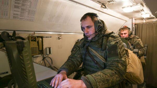 Военнослужащие во время учений ОТРК Искандер-М - Sputnik Латвия
