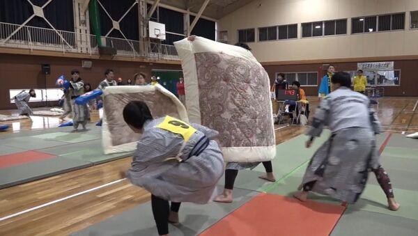 Бои на подушках - профессиональный вид спорта в Японии - Sputnik Latvija