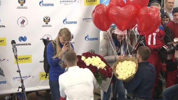 Российским лыжницам, призерам ОИ-2018, сделали предложения руки и сердца прямо в аэропорту - Sputnik Латвия