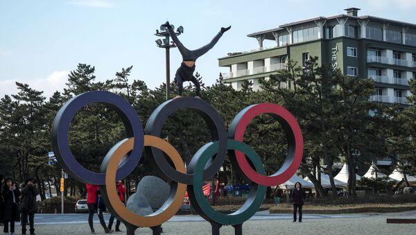 Олимпийские кольца, установленные на пляже Кенпо рядом с Олимпийской деревней в Канныне - Sputnik Латвия