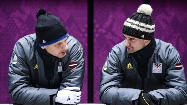 Томас и Мартинс Дукурс (Латвия) во время тренировки на санно-бобслейной трассе в Сочи. - Sputnik Латвия