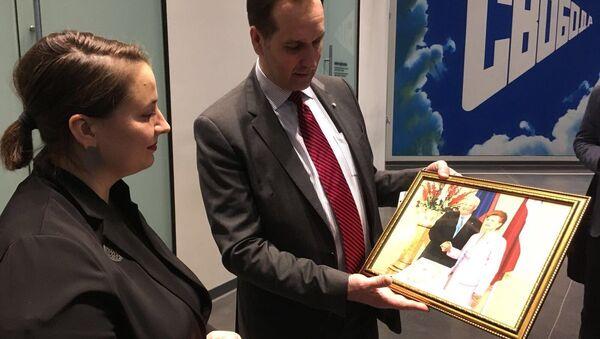 Марис Риекстиньш вручил Дине Сорокиной фотографию с награждения Бориса Ельцина орденом Трех звезд - Sputnik Латвия
