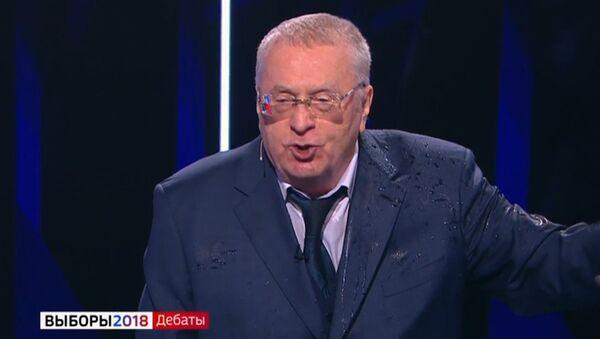 Собчак облила Жириновского водой на предвыборных дебатах - Sputnik Латвия