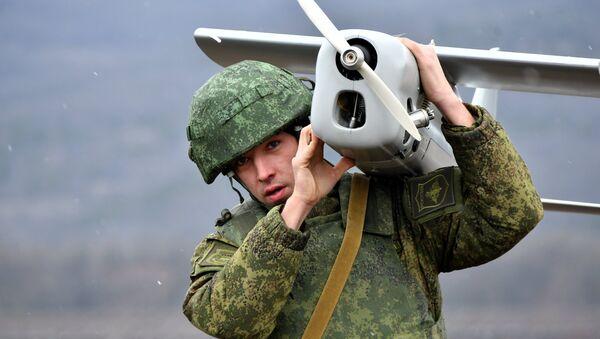 Военнослужащий РФ запускает беспилотный летательный аппарат во время тактических учений - Sputnik Латвия