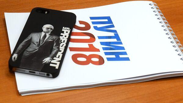 Блокнот волонтера с предвыборной символикой в региональном избирательном штабе кандидата в президенты РФ Владимира Путина - Sputnik Latvija