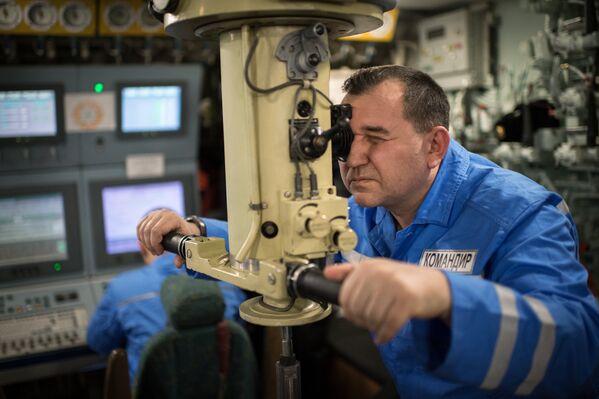 Командир атомной подводной лодки Юрий Долгорукий Северного флота ВМФ России капитан 1-го ранга Владимир Ширин на борту подлодки - Sputnik Латвия