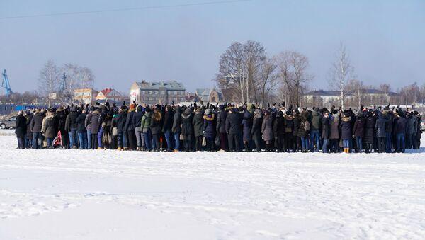 Работники банка ABLV собрались вместе для прощальной фотографии - Sputnik Latvija